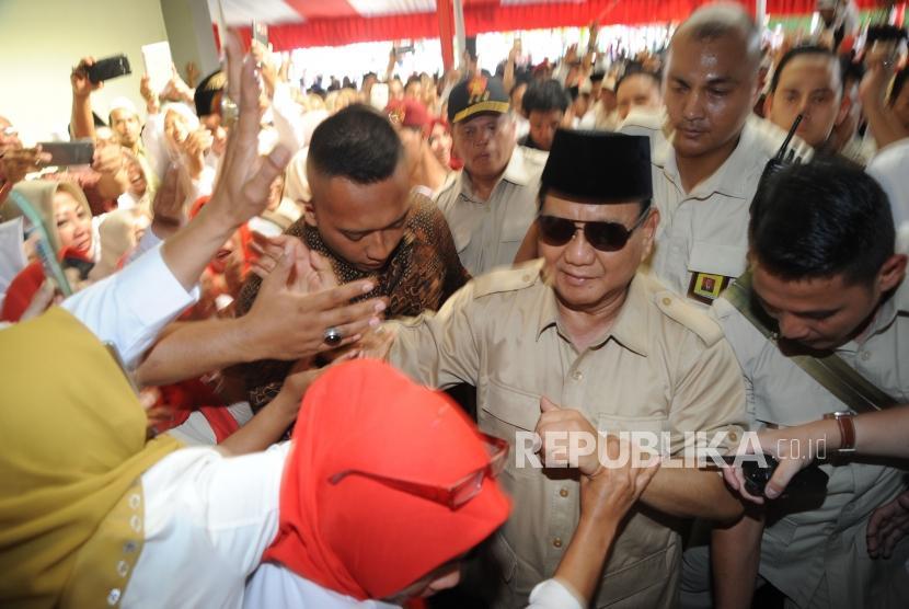 [ilustrasi] Ketua Umum Partai Gerindra Prabowo Subianto disambut para kader dan simpatisan partai Gerindra di Depok, Jawa Barat,Ahad (1/4).