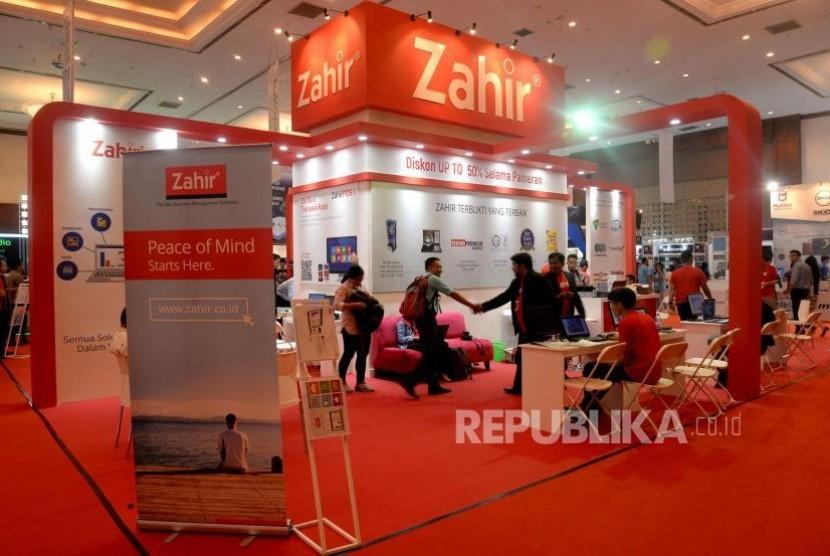 Karyawan melayani pengunjung di stand PT Zahir Internasional pada pameran Indocomtech 2017 di JCC, Jakarta, Rabu (1/11).