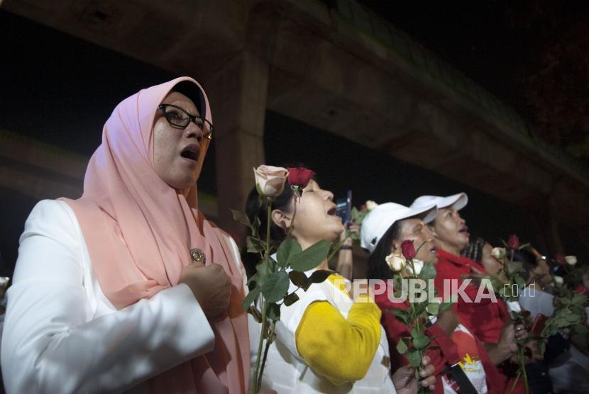 Sejumlah Masyarakat dari berbagai suku dan agama dalam acara doa bersama di halaman depan mabes polri, Jakarta, Kamis (10/5) malam. Acara ini bertujuan untuk memanjatkan doa untuk para korban meninggal dalam kasus kerusuhan di Mako Brimob dan juga sebagai bentuk dukungan terhadap kepolisian dalam memberantas terorisme di Indonesia.