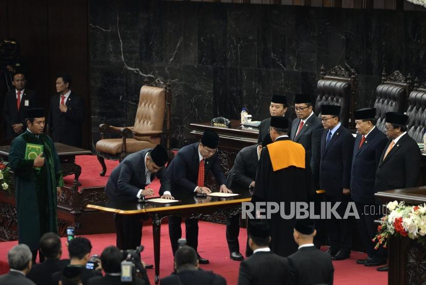 Pelantikan Wakil Ketua MPR. Ahmad Muzani, Ahmad Basarah, dan Muhaimin Iskandar (dari kedua kiri) menandatangani berita cara pelantikan Wakil Ketua MPR saat Rapat Paripurna MPR di komplek parlemen senayan, Jakarta, Senin (26/3).