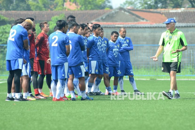Roberto Carlos Mario Gomez bersama para pemain Persib saat sedang berlatih di Lapangan Lodaya, Kota Bandung, Rabu (7/3).
