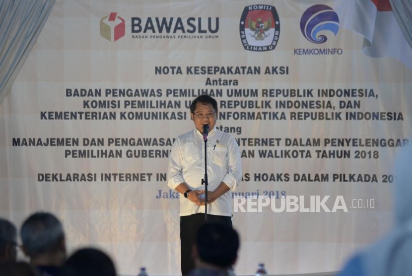 Menkominfo Rudiantara memberikan sambutan pada acara penandatanganan nota kesepakatan aksi di Kantor Bawaslu, Jakarta, Rabu (31/1).