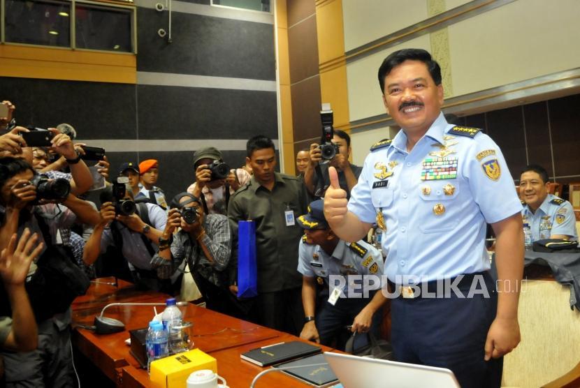 KASAU Marsekal TNI Hadi Tjahjanto bersiap mengikuti uji kelayakan dan kepatutan (fit and proper test) dengan Komisi I di Kompleks Parlemen, Jakarta, Rabu (6/12).