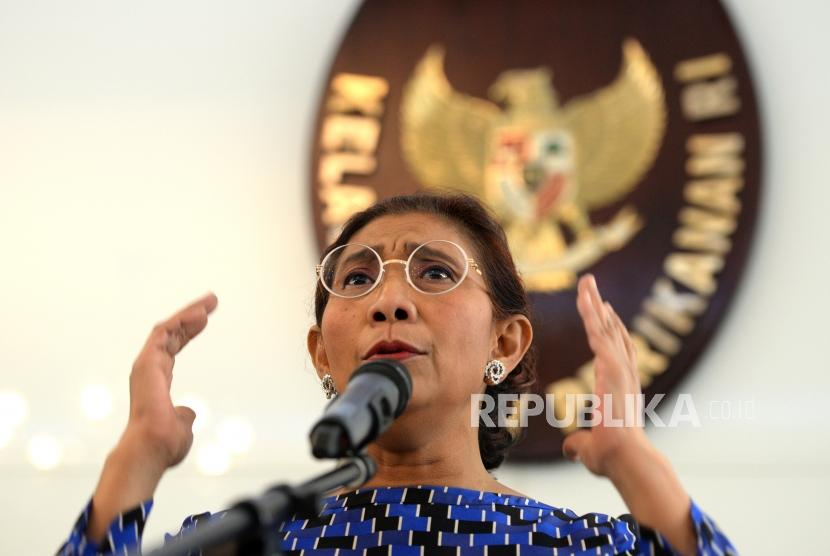 Minister of Marine Affairs and Fisheries Susi Pudjiastuti explains ways to end polemics on trawl ban in her office, Jakarta, on Thursday (January 18).