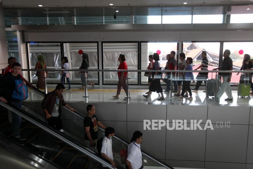 Penumpang pesawat melintas di terminal 3 Bandara Soekarno-Hatta, Jakarta, Selasa (26/12).