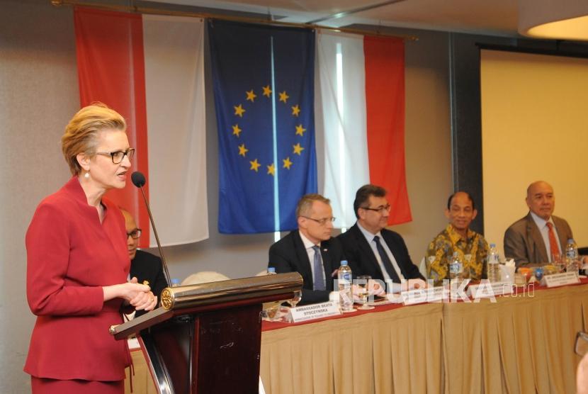 Ambassador of Poland to Indonesia Beata Stoczynska conveys her statement in the RI-Poland Business Forum, Jakarta, on Thursday (April 12).