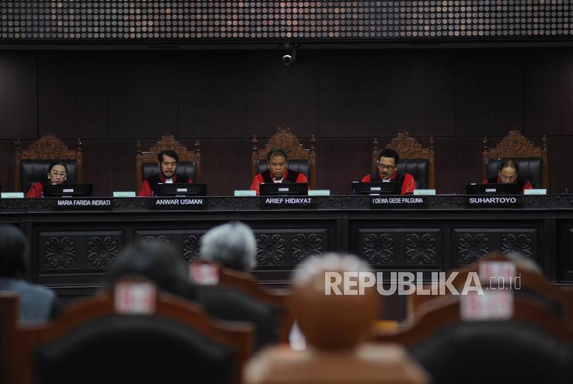 Ketua Majelis Hakim Mahkamah Konstitusi (MK) Arief Hidayat (tengah) bersama Hakim MK, Maria Farida Indriati (Kiri), Anwar Usman (kedua kiri), Suhartoyo (Kanan) dan I Dewa Gede Palguna ( kedua kanan) membacakan putusan sepuluh perkara PUU, di ruang sidang gedung MK, Jakarta, Selasa (12/12).