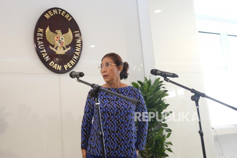 Stop Polemik Kapal Cantrang. Menteri Kelautan dan Perikanan Susi Pudjiastuti bersiap melakukan konferensi pers terkait polemik kapal cantrang di Kementerian Kelautan dan Perikanan, Jakarta, Kamis (18/1).