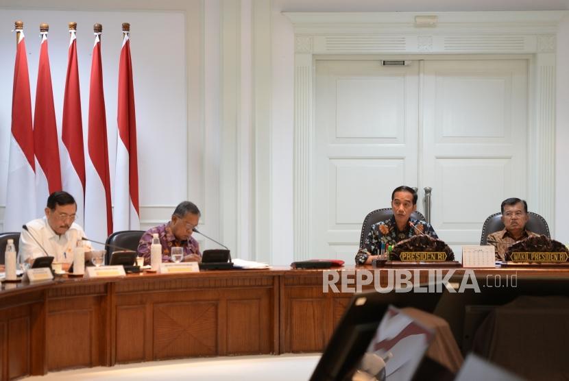 Presiden Joko Widodo (kiri) bersama Wapres Jusuf Kalla saat memimpin Rapat Terbatas terkait kebijakan satu peta di Kantor Kepresidenan, Jakarta, Senin (5/2).