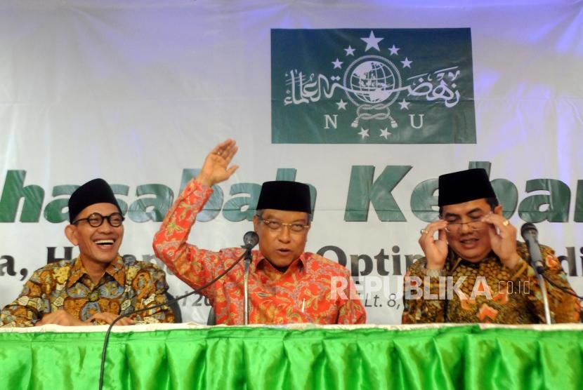 Ketua PBNU Bidang Hukum Robikin Emhaz bersama Ketua Umum PBNU Said Aqil Siroj dan Sekjen PBNU Helmy Faishal Zaini saat melakukan konferensi pers di Kantor PBNU, Jakarta, Rabu (3/1).