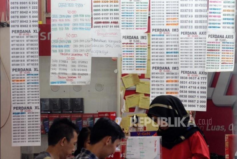 Pelanggan memilih nomer kartu seluler yang terpampang di salah satu konter di ITC Roxy, Jakarta, Senin (30/10).