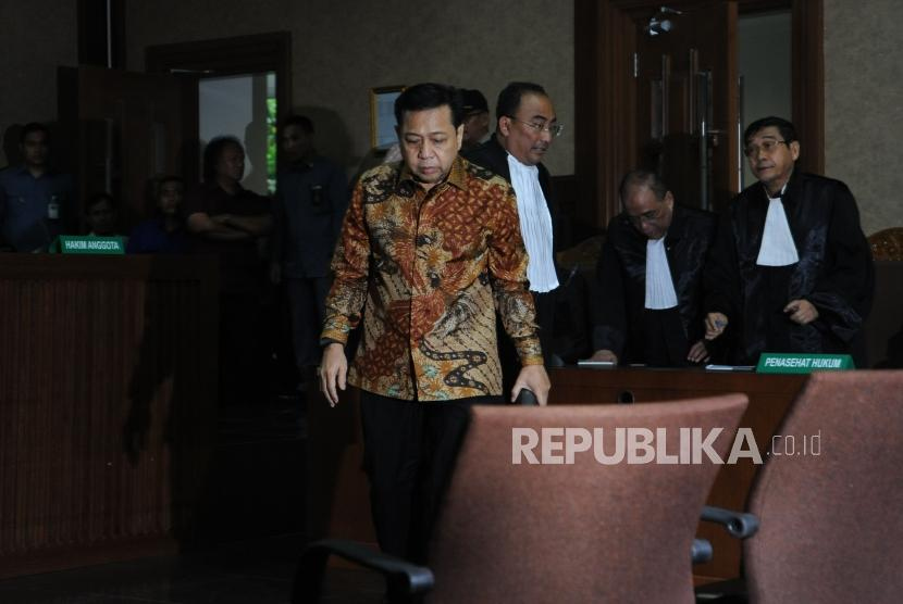Terdakwa kasus tindak pidana korupsi KTP Elektronik Setya Novanto usai berdiskusi dengan penasehat hukum saat menjalani persidangan yang beragendakan pembacaan putusan di Pengadilan Tindak Pidana Korupsi (Tipikor), Jakarta, Selasa (24/4).