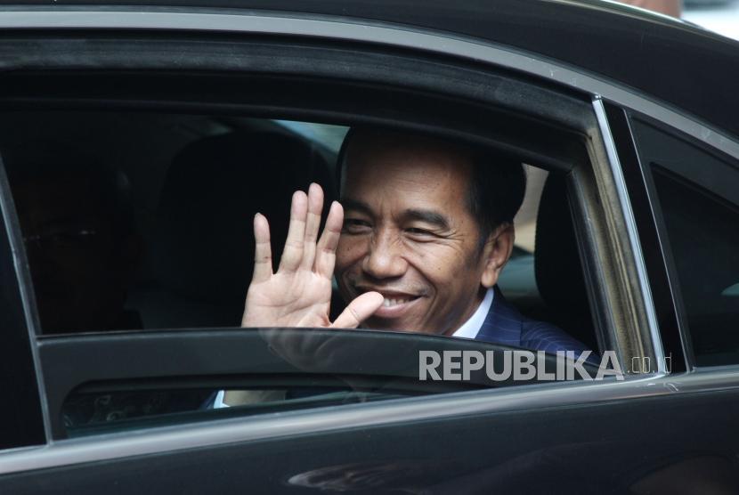 Presiden RI Joko Widodo (Jokowi) melambaikan tangan usai menghadiri acara Entrepreneurs Wanted ! bertajuk