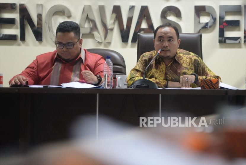 Anggota Bawaslu Mochammad Afifudin (kanan) bersama dengan Anggota Bawaslu Rahmat Bagja saat memberikan keterangan terkait hasil pengawasan pemutakhiran data pemilih,laporan dana awal kampanye dan kampanye di Kantor Bawaslu , Jakarta, Senin (12/3).