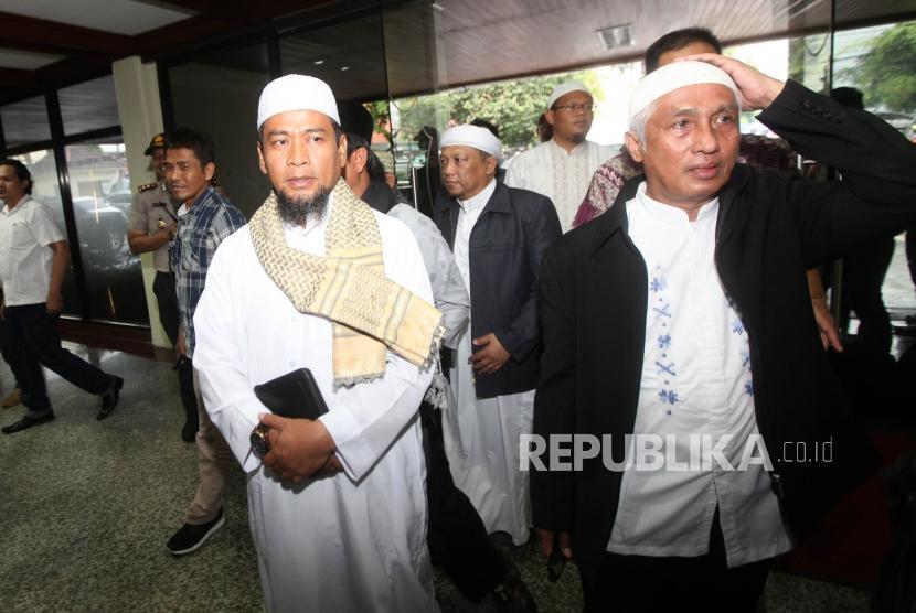 Ustaz Zulkifli Muhammad Ali (kiri) bersiap untuk menjalani pemeriksaan di Direktorat Tindak Pidana Cyber (Dittipid Cyber) Bareskrim Mabes Polri, Jakarta, Kamis (18/1).