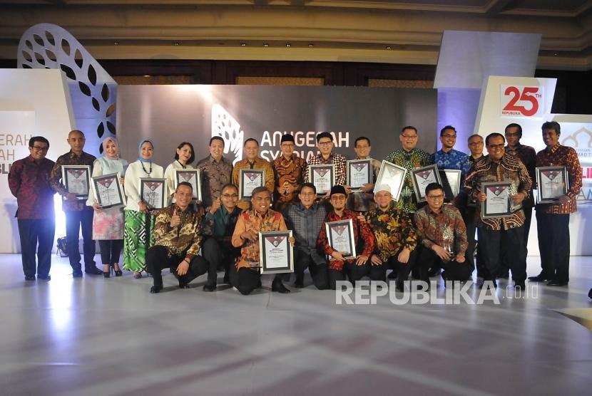 Para penerima Anugerah Syariah Republika (ASR) 2017 dan tamu undangan berfoto bersama usai acara ASR 2017 di Jakarta, Rabu (6/12) malam.