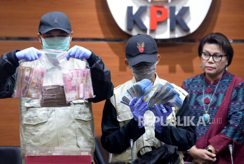 Penyidik KPK menunjukan barang bukti hasil oprasi tangkap tangan (OTT) kasus dugaan suap Bupati Subang di gedung KPK, Jakarta, Rabu (14/2) malam.