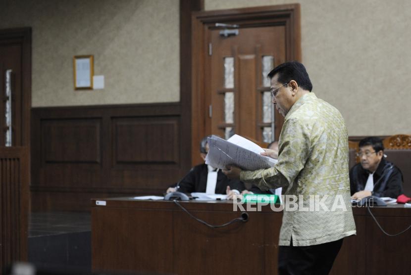 Terdakwa kasus korupsi KTP Elektronik Setya Novanto  memberikan bukti pengembalian uang ke KPK dalam sidang lanjutan di Pengadilan Tipikor, Jakarta, Kamis (22/3).