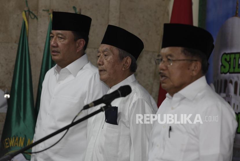 Wakil Presiden RI Jusuf Kalla (kanan) menyampaikan arahannya pada acara pelantikan Pimpinan Pusat Dewan Masjid Indonesia (DMI) di Jakarta, Jumat (12/1).