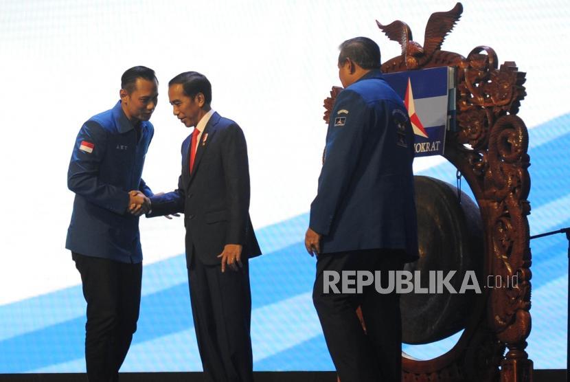 Presiden Joko Widodo (kedua kiri) berjabat tangan dengan Ketua Kogasma Partai Demokrat Agus Harimurti Yudhoyono (kiri) disaksikan oleh Ketua Umum Partai Demokrat Susilo Bambang Yudhoyono (kanan) saat membuka Rapat Pimpinan Nasional (Rapimnas) Partai Demokrat 2018 di Sentul International Convention Center (SICC), Bogor, Jawa Barat, Sabtu (10/3).