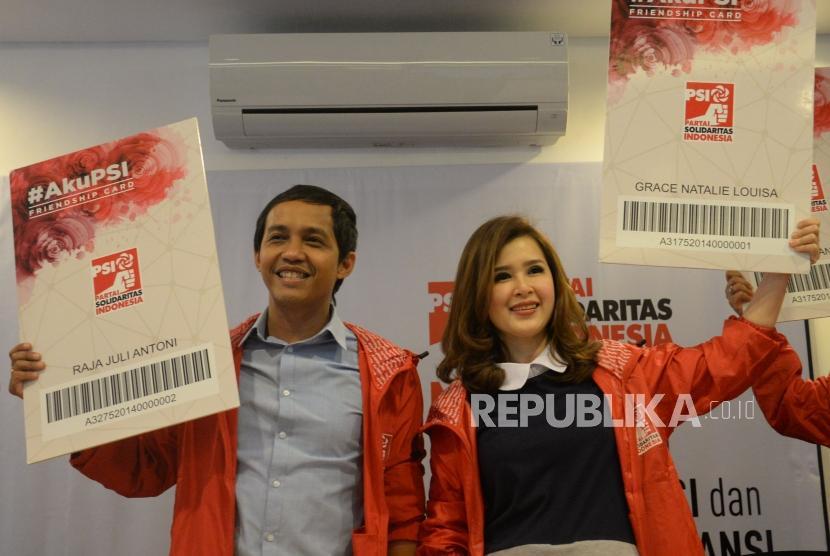 Ketua Umum Partai Solidaritas Indonesia (PSI) Grace Natalie bersama dengan Sekjen PSI Raja Juli Antoni usai memberikan keterangan terkait lolosnya PSI dalam penelitian administratif KPU di Jakarta, Jumat (15/12).