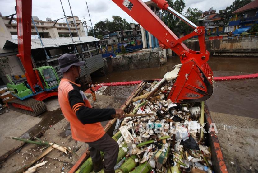 Pasukan Oranye Disiagakan di Pintu-Pintu Air Jakarta