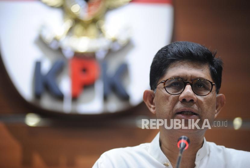 Wakil Ketua KPK, Laode M Syarif,  memberikan keterangan kepada media terkait penetapan tersangka kasus korupsi terhadap calon kepala daerah Maluku Utara, di kantor KPK,  Jakarta, Jumat (16/3).