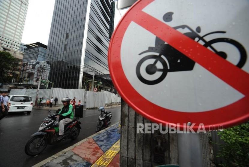 Larangan Motor. Rambu Larangan Motor di  kawasan Sarinah, Jakarta Pusat, Selasa (07/11).