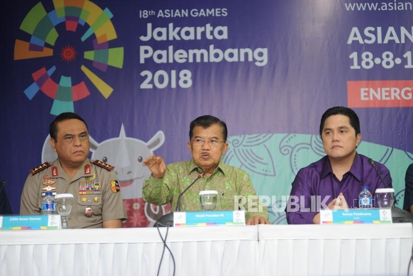 (kiri ke kanan) CDM Asian Games Komjen Pol Syafruddin, Wakil Presiden RI Jusuf Kalla, Ketua Pelaksana Inasgoc Erick Tohir.