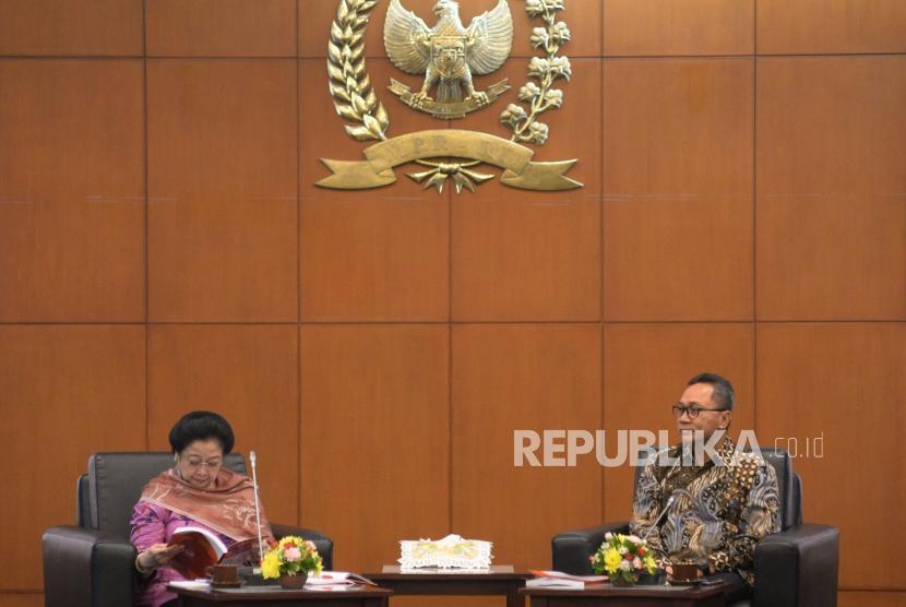 Ketua MPR Zulkifli Hasan bersama Ketua Dewan Pengarah Unit Kerja Presiden Pembinaan Ideologi Pancasila (UKP PIP) Megawati Soekarnoputri saat menghadiri Silaturahmi UKP PIP dengan pimpinan MPR di Kompeks Parlemen Senayan, Jakarta, Rabu (14/3).