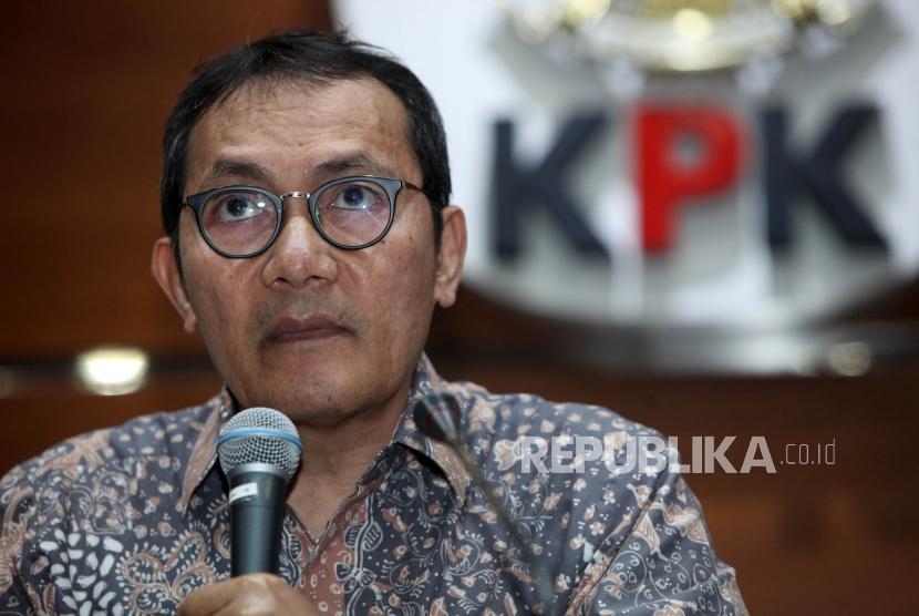 Wakil Ketua KPK Saut Situmorang memberikan keterangan kepada media saat konferensi pers di  Gedung KPK, Jakarta, Jumat (10/11).
