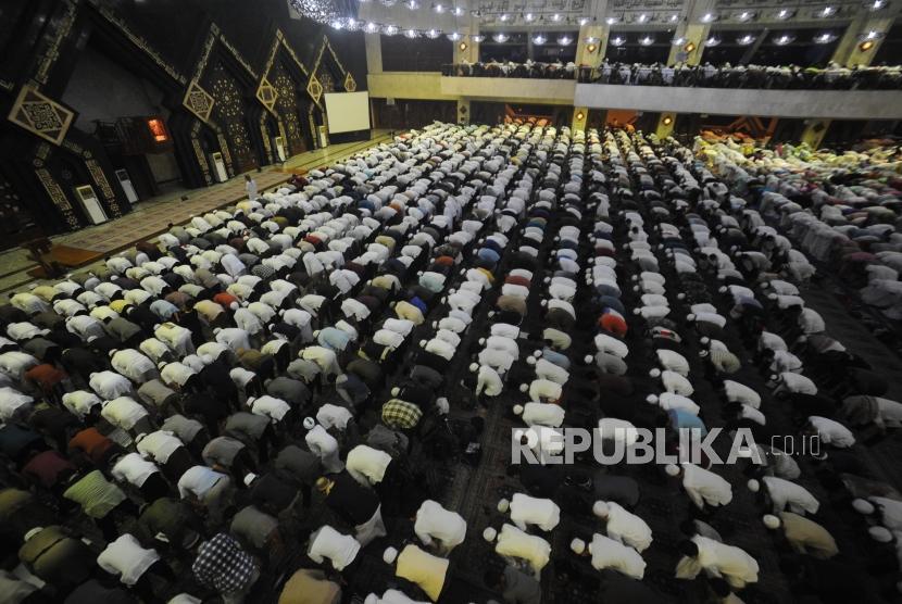 Ribuan umat muslim peserta Dzikir Nasional 2017 menunaikan shalat Maghrib berjamaah dengan imam Muzammil Hasballah di Masjid At-tin, Jakarta, Ahad (31/12).