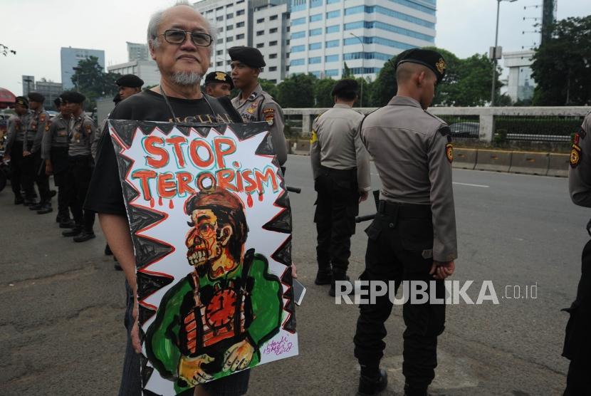 Perwakilan Gerakan Rakyat Nusantara Anti Terorisme saat  melakukan aksi  di halaman depan  DPR RI, Rabu (16/5).