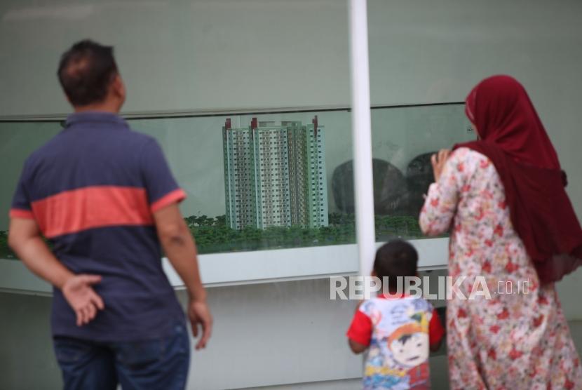 Warga melihat maket hunian DP Nol Rupiah berupa rumah susun sederhana milik (rusunami) di Kantor Informasi Klapa Village, Pondok Kelapa, Jakarta, Ahad (21/1).