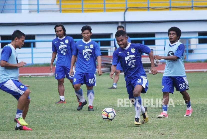 Para pemain persib berlatih di Lapangan Sport Jabar Arcamanik, Kota Bandung, Selasa (14/5) sore.