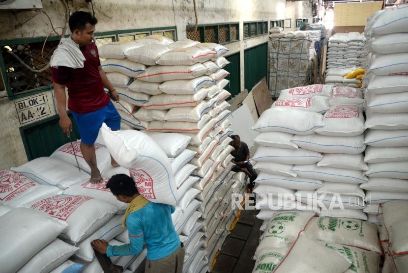 Harga Beras Naik. Pekerja memindahkan beras di Pasar Induk Beras Cipinang, Jakarta, Kamis (11/1).