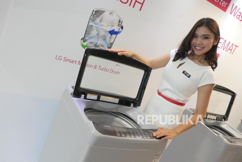 Seorang model memperlihatkan mesin cuci produksi LG. ilustrasi