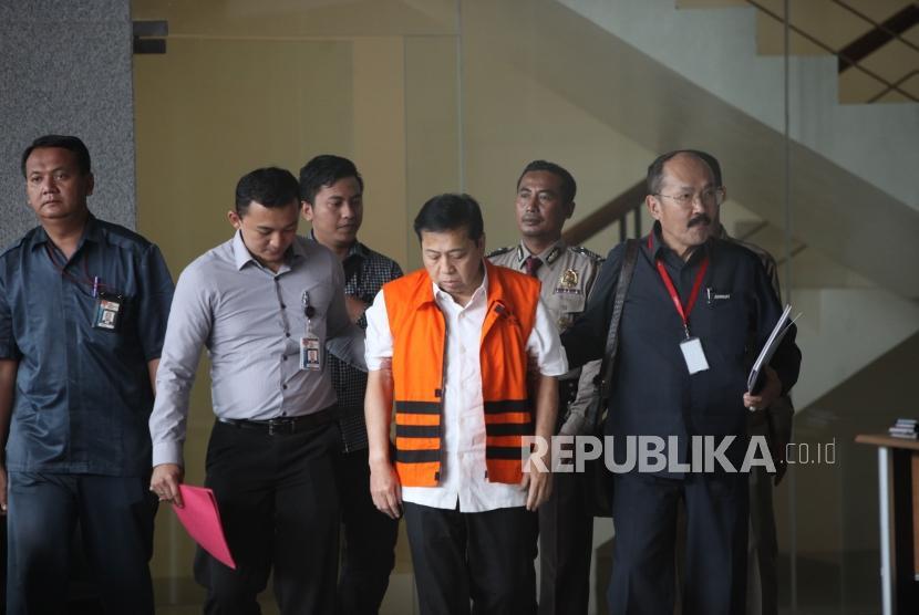 Tersangka kasus korupsi KTP elektronik Setya Novanto (tengah) didampingi Pengacara Fredrich Yunadi (kanan) berjalan seusai menjalani pemeriksaan di gedung KPK, Jakarta, Selasa (21/11).