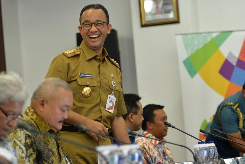 Gubernur DKI Jakarta Anies Baswedan (kedua kiri).