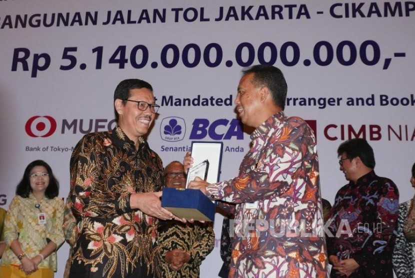 Direktur Keuangan Waskita Karya Tunggul Rajagukguk (kiri) dan SVP Corporate Banking Bank Mandiri Dikdik Yustandi tengah memegang plakat usai penandatanganan perjanjian kredit sindikasi senilai Rp5,14 triliun di Jakarta, Selasa (7/11).