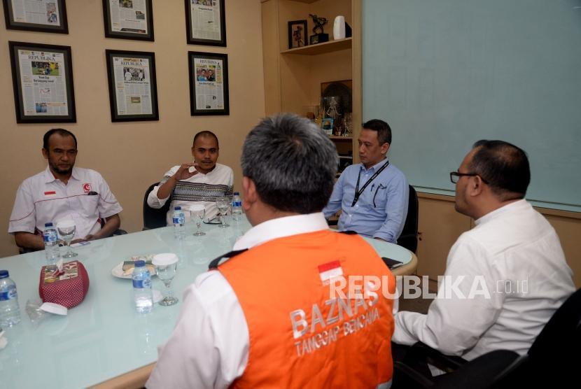 Dirut Republika Media Mandiri Agoosh Yoosran bersama Pimred Repulika Irfan Junaidi menerima perwakilan lembaga kemanusiaan pada acara  penyerahan sumbangan pembaca Republika untuk Rohingya di Kantor Republika, Jakarta, Jumat (20/4).