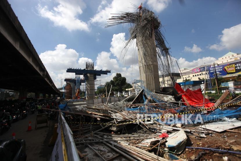 Suasana kondisi tiang girder proyek pembangunan Tol Bekasi-Cawang-Kampung Melayu (Becakayu) yang ambruk di Jalan DI Panjaitan, Jakarta, Selasa (20/2).