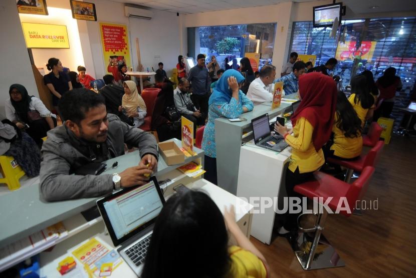 Petugas melayani antrian warga untuk melakukan registrasi ulang kartu SIM prabayar di Galeri Indosat, Kota Bogor, Jawa Barat, Rabu (28/2).