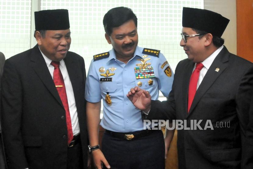 Wakil Ketua DPR Fadli Zon (kanan) berbincang dengan dengan Calon Panglima TNI Marsekal Hadi Tjahjanto (tengah) dan Calon Hakim Mahkamah Konstitusi Arief Hidayat (kiri) sebelum berlangsungnya Sidang Paripurna DPR di Kompleks Parlemen, Senayan, Jakarta, Kamis (7/12).