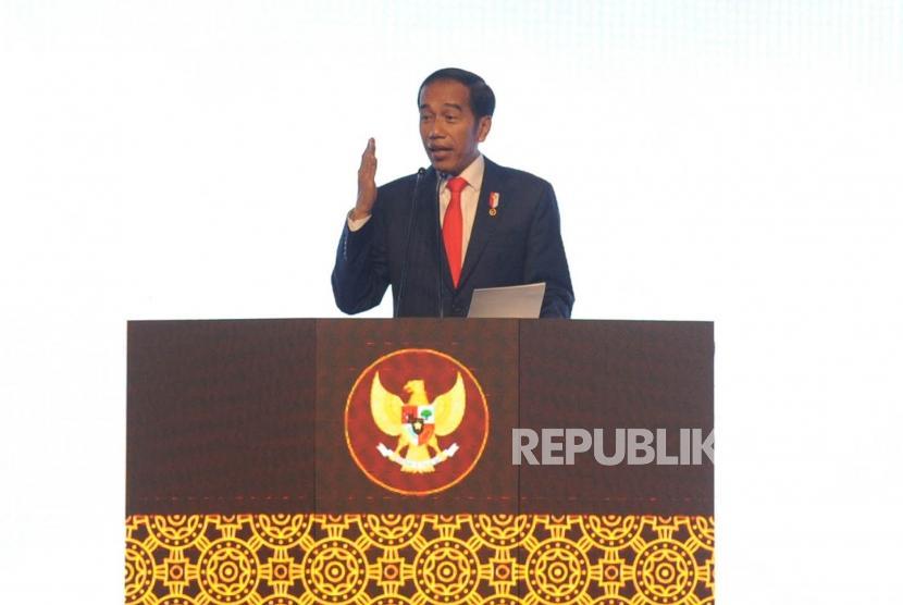 Presiden RI Joko Widodo memberikan sambutan dalam  pembukaan  Rapimnas Partai Demokrat di Sentul Internasional Convention Center (SICC), Bogor, Jawa Barat, Sabtu (10/3).