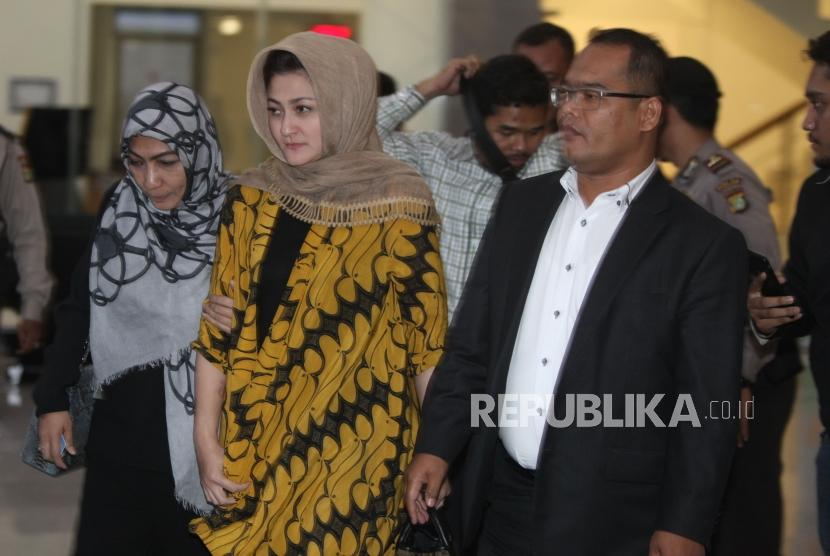 Deisti Astriani Tagor (center) left KPK office after being examined as witness in e-ID card graft case, on Monday (November 20).
