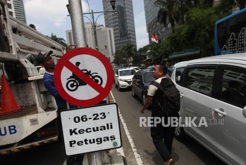 Petugas Dishub DKI Jakarta mencabut rambu-rambu larangan sepeda motor di kawasan Bundaran HI, Jakarta, Rabu (10/1).
