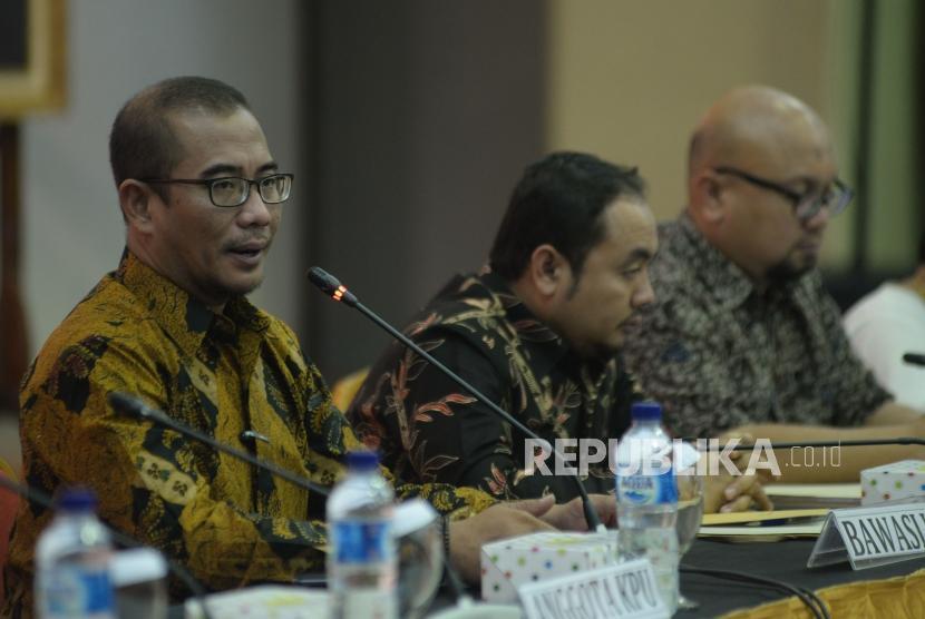 Anggota KPU Hasyim Azhari (kiri)