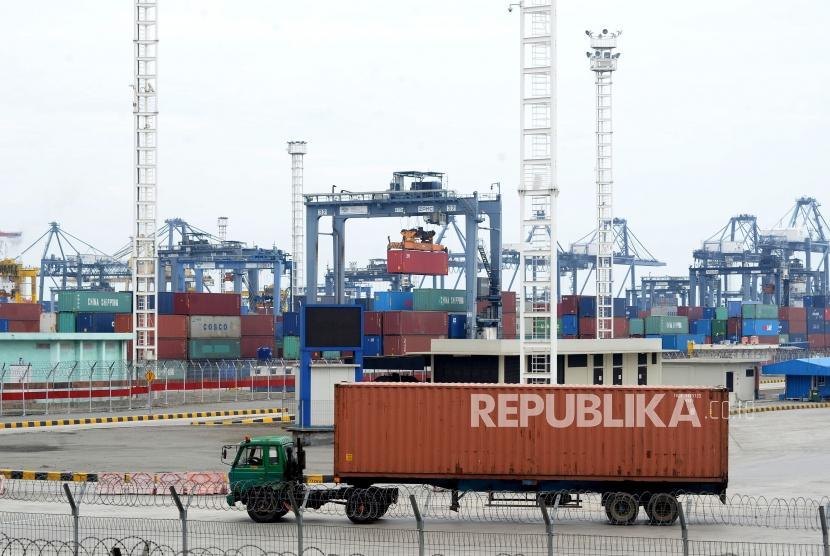 Kendaraan melintas diantara peti kemas di Pelabuhan Tanjung Priok, Jakarta,Ahad (7/1).