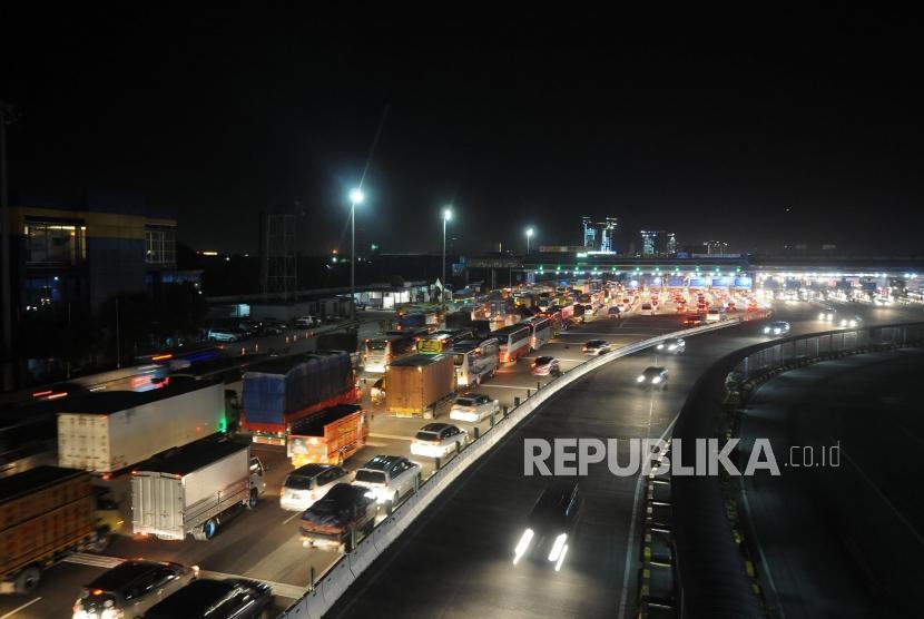 Lengang. Sejumlah kendaraan mengantre memasuki Gerbang Tol Cikarang Utama, Bekasi, Jawa Barat, Selasa (26/12).